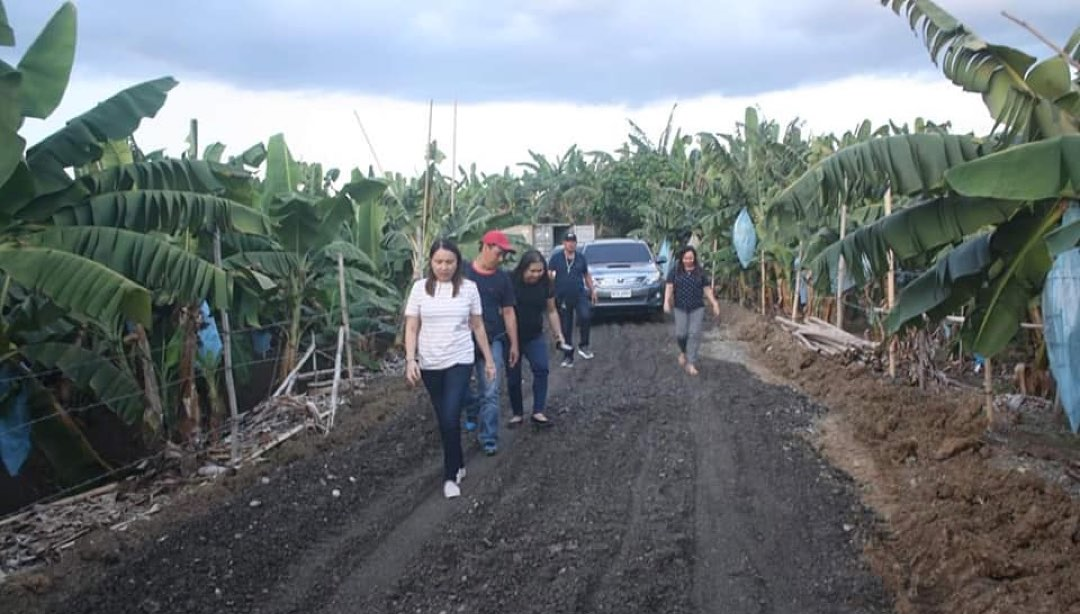 Mayor Monet visits Brgy. Limbaan  on-going road maintenance